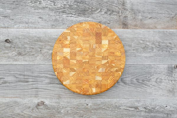 A premium end grain cutting board in Random Design.