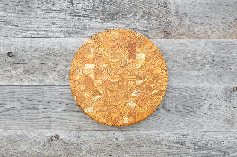 A premium end grain cutting board in Random Design.